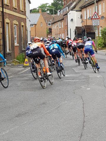 The peloton heads for Faringdon 1 e1562320371684